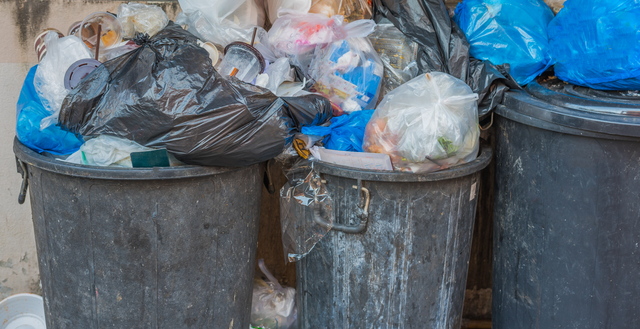 ごみ屋敷の前のごみ箱たち