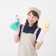 ゴミ屋敷の脱出ために掃除する女性