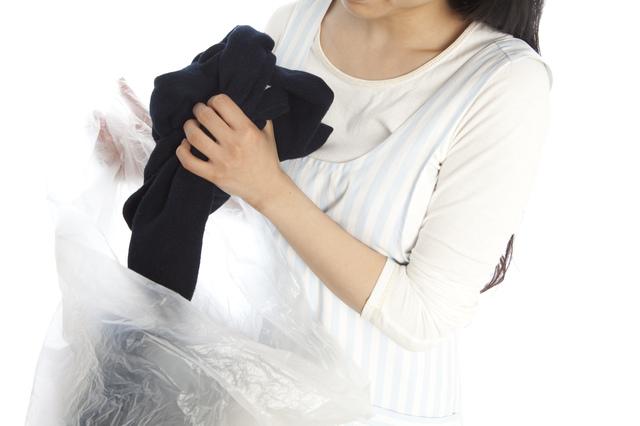 不要な服を処分する女性