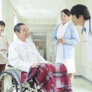 医療施設で介護を受ける男性