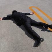横たわる遺体