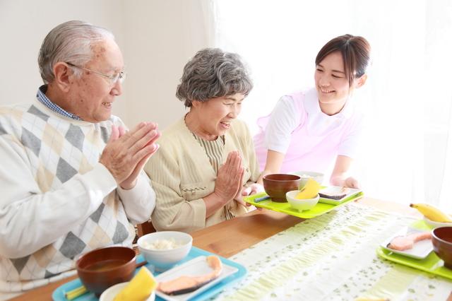 住宅型有料老人ホームで食事をする人