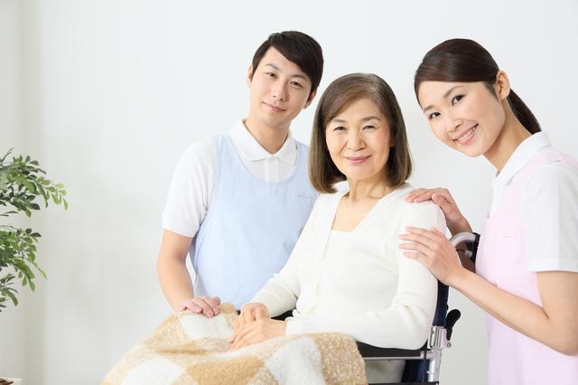 医療保険と介護保険で補助を受ける女性