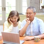 遺品整理の比較サイトを見る夫婦