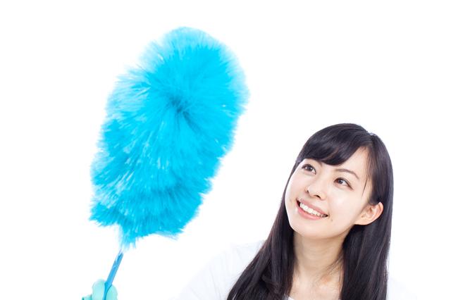 汚い部屋を自分で掃除する女性