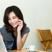 PCで記事をチェックする女性