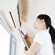 エアコンの引き取りをする女性