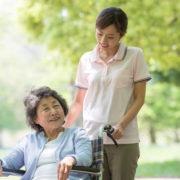 介護付有料老人ホームで過ごす女性