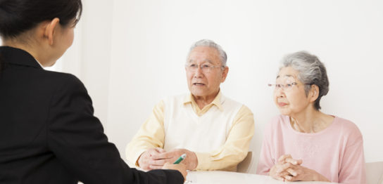 介護サービスの種類について説明を受ける老夫婦