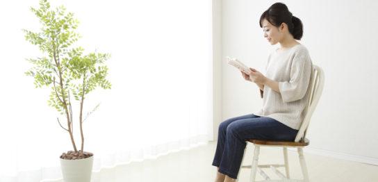 特殊清掃の本を読む女性