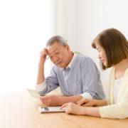 有料老人ホームの費用を計算する老夫婦