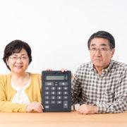 有料老人ホームに入る料金を計算する夫婦