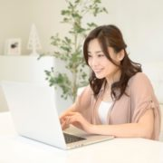 遺品整理ドットコムの記事を読む女性