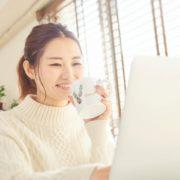 遺品整理ドットコムを閲覧する女性