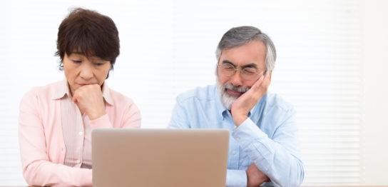 老人ホームに掛かる料金をチェックする夫婦
