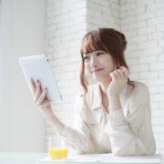 遺品整理ドットコムブログを読む女性