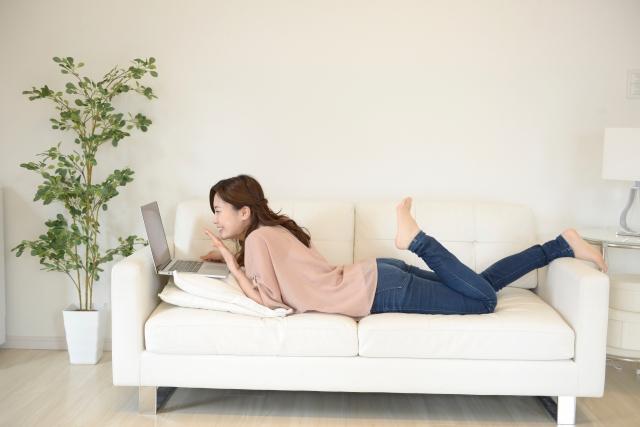 遺品整理ドットコムの記事をチェックする女性