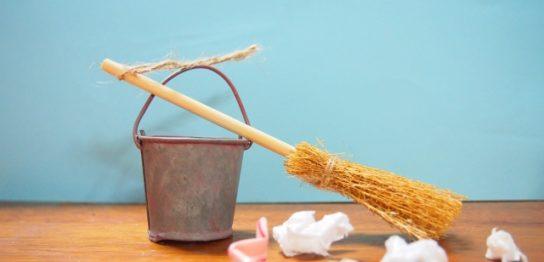 汚い部屋を掃除する