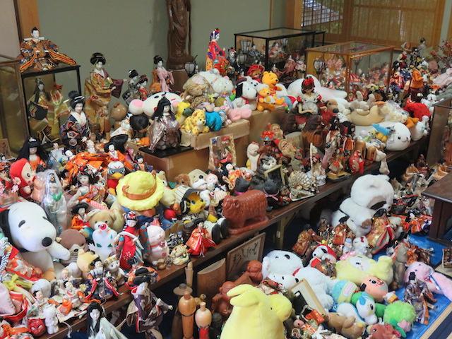 供養される人形たち