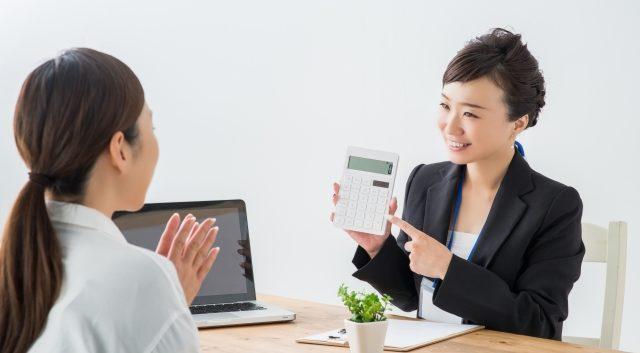 生前整理の料金を提示する女性