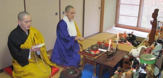 供養を行うお寺の関係者たち