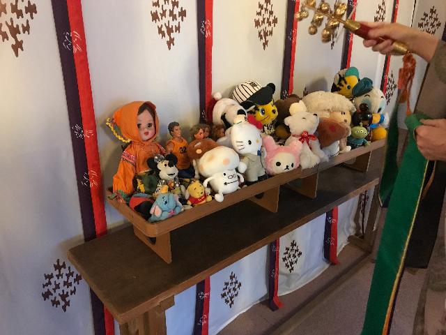 人形供養祭のために並べられた人形たちの写真