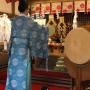 富士浅間神社での人形供養祭の様子
