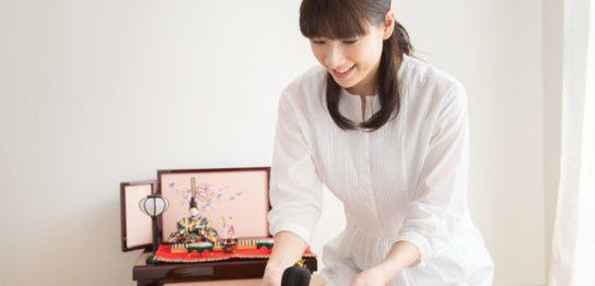 丹州華觀音寺の人形供養祭に発送する女性
