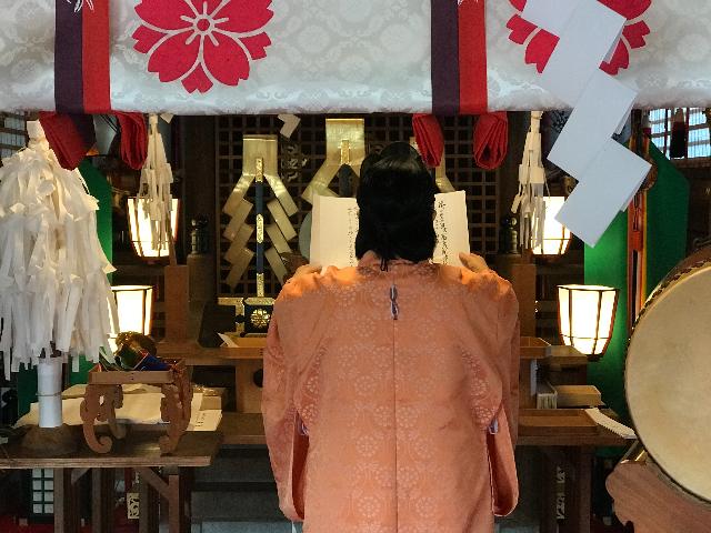 人形供養を行う神社の職員の写真