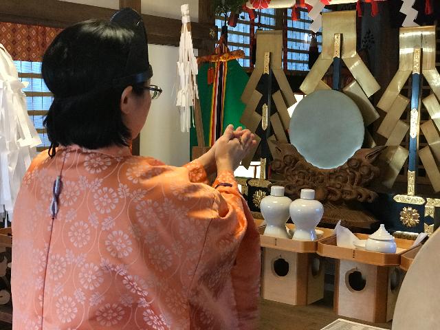 人形供養祭で祭壇に祈りを捧げる写真