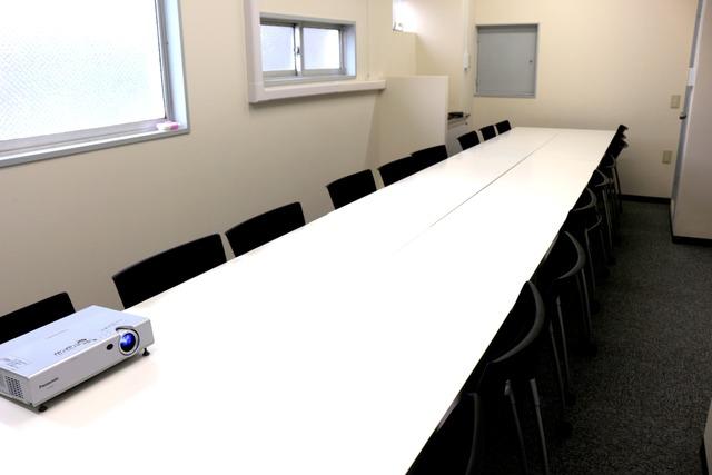 新宿・新宿三丁目で18名収容の格安貸し会議室!【OPEN記念!新宿三丁目徒歩3分】18人までの少人数での会議、ミーティング、レッスン、セミナー、オフ会など最適なスペースです 無線LAN ホワイトボード プロジェクター トイレウォシュレット完備の画像2