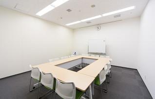 博多駅からスグの大博多ビル貸し会議室1207は、アクセス便利な貸し会議室です。