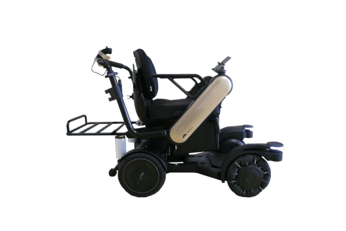 パナソニック、WHILLと共同開発したパーソナルモビリティ(自動追従電動車椅子)の実証実験をANAと実施
