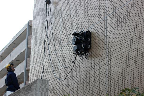 高松建設など3社、壁面走行ロボットによる外壁点検システムを共同開発