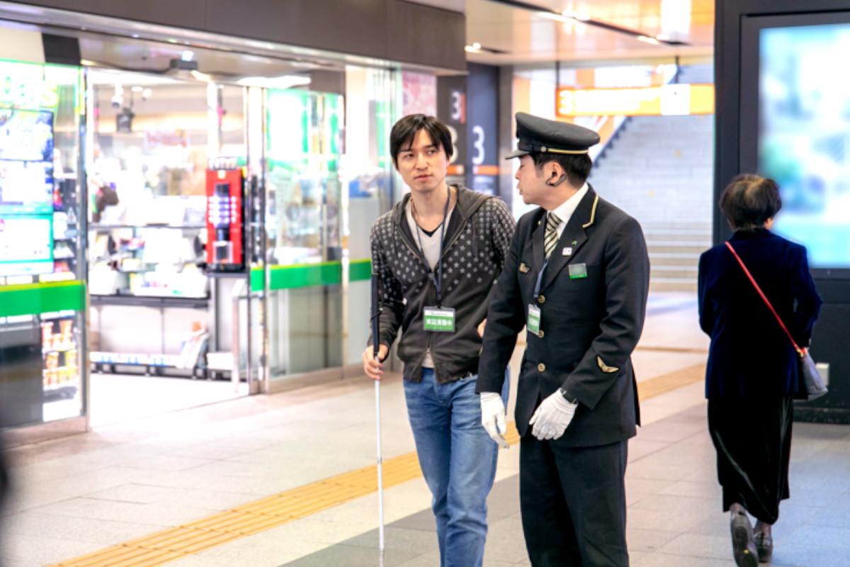 JR東日本×PLAYERS|視覚障害者への声かけサポートを支援、「mimamo by &HAND」実証実験を赤羽駅で実施