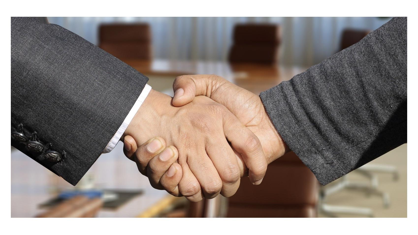 ローソン×KDDI | 資本業務提携を発表、データや金融サービスを絡めた次世代型コンビニサービスを展開