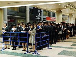 列を作る学生