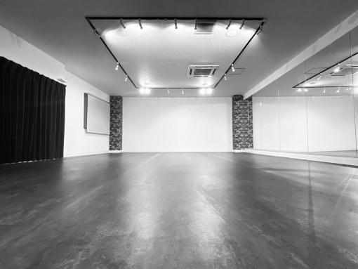 スタジオは最大20名が踊れる広さです!