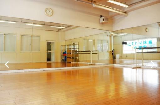 大きな鏡がある明るいスタジオ