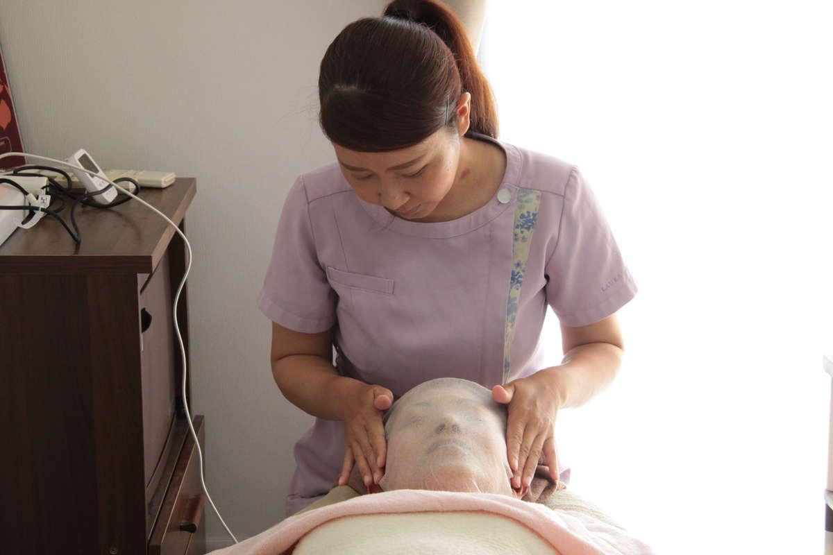 施術を受ける女性