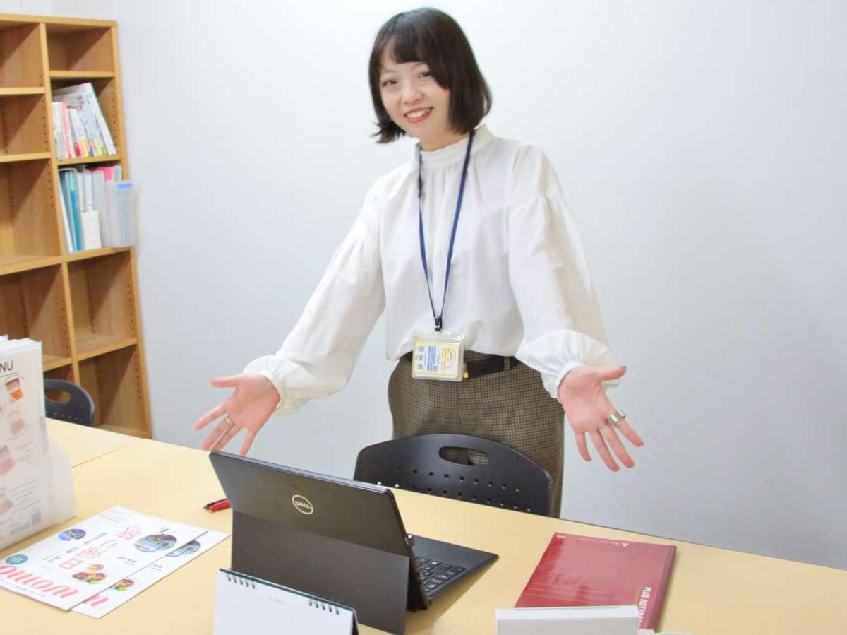 オフィスの女性の画像