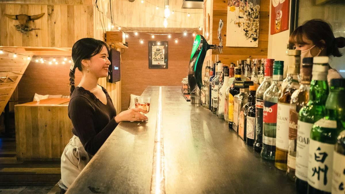 「the Light.(ライト)」のカウンターでお酒を飲む女性の画像