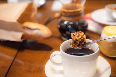 「GODDESS(ガデス)」をコーヒーに入れる画像