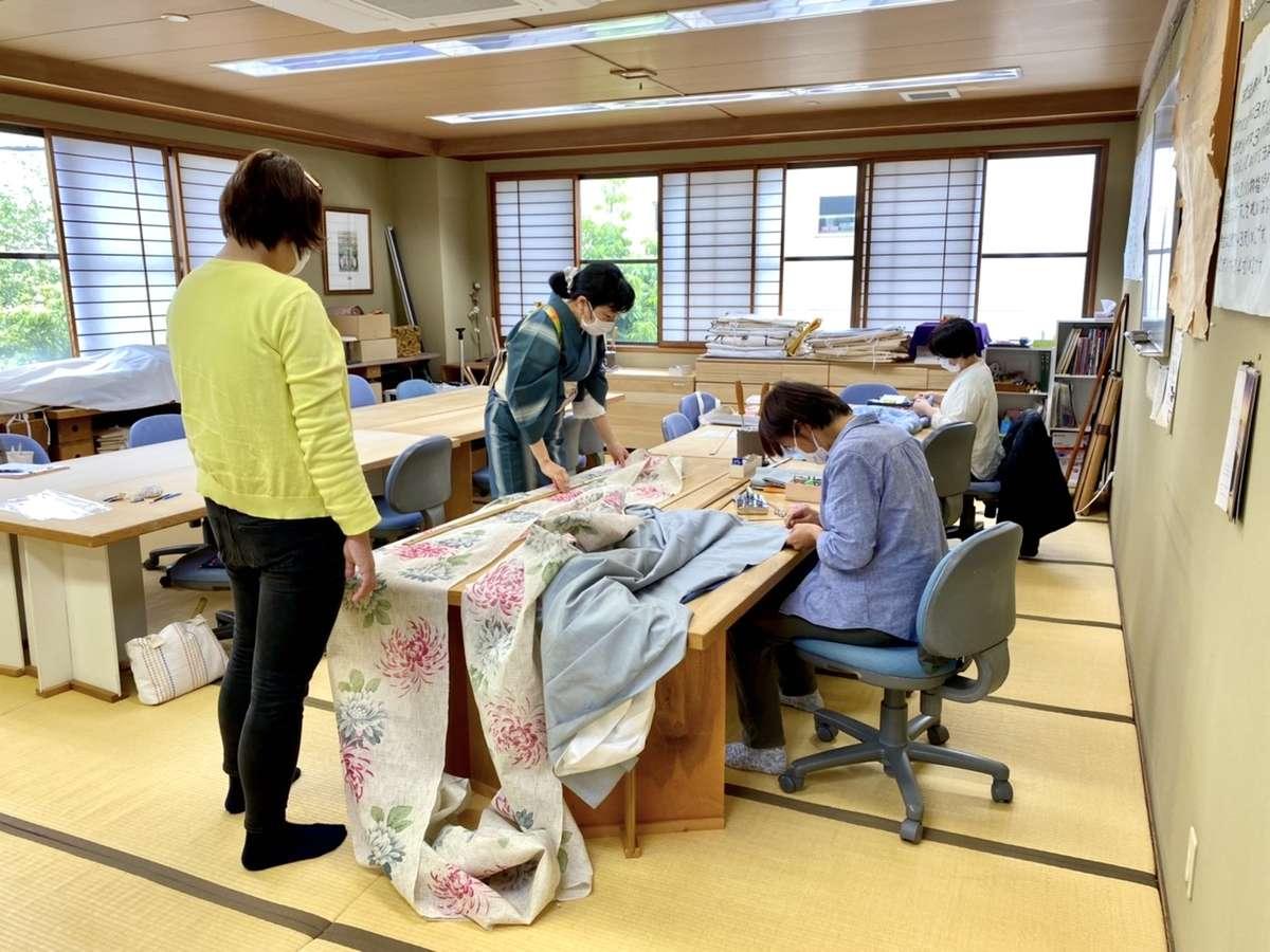 「辻村和服専門学校」での和裁レッスン風景画像
