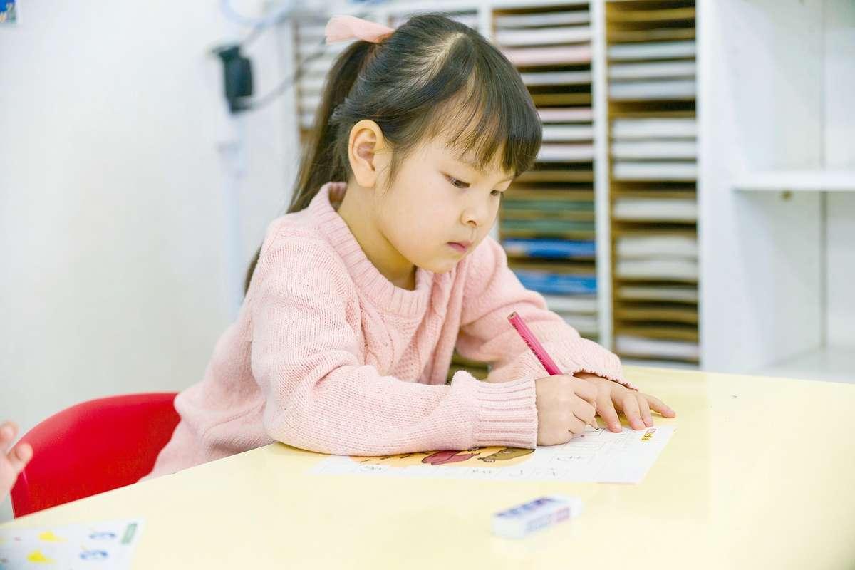 「学研」の教室で勉強する生徒(子供)の画像