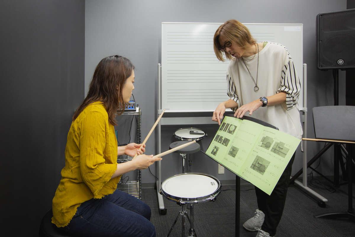 ヤマハ「大人の音楽教室」プレ葉ウォーク浜北店のドラムレッスン風景画像