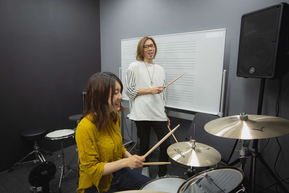 ヤマハ「大人の音楽教室」プレ葉ウォーク浜北店でドラムを叩くwomoスタッフ・鈴木の画像