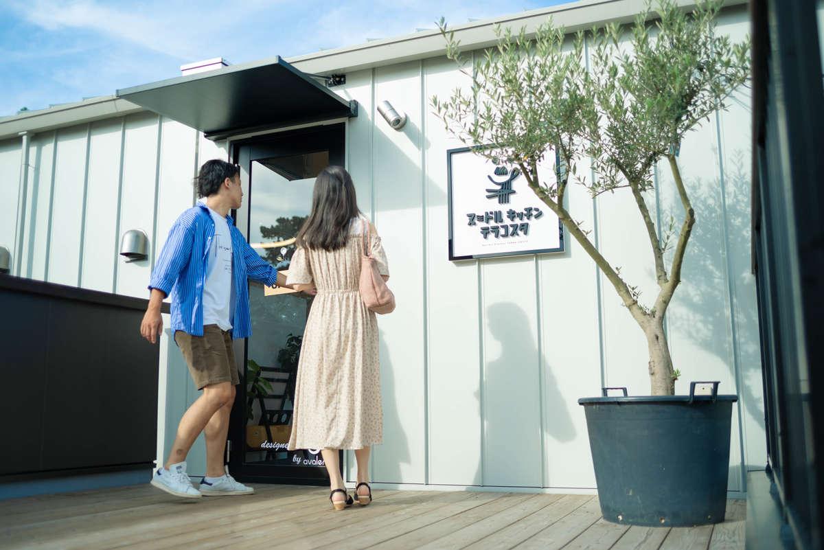ヌードルキッチンテラコスタに入店する八洲男子(やしまだんし)と読者モデル