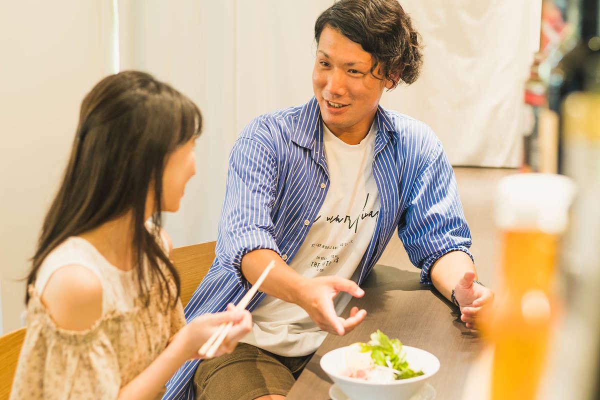 八洲男子コラボの冷製ラーメンを食べる読者モデルと、テンション爆あげの八洲男子の画像