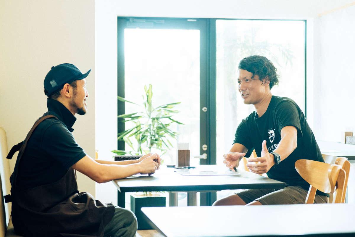 新メニューの作戦会議をする八洲男子(やしまだんし)の望月さんと『ヌードルキッチンテラコスタ』のオーナーの寺田さん
